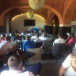 Tony Bennett promlouvá k studentům všech ročníků